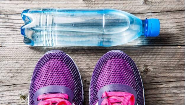 Drinken tijdens het sporten: water of sportdrank?
