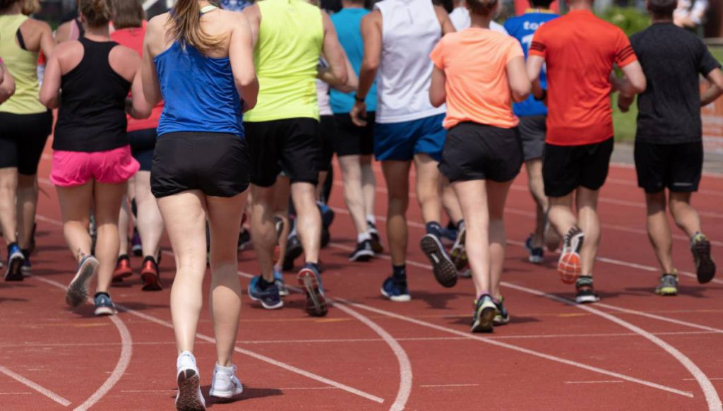 Lopen op een atletiekbaan kost minder energie dan op een loopband