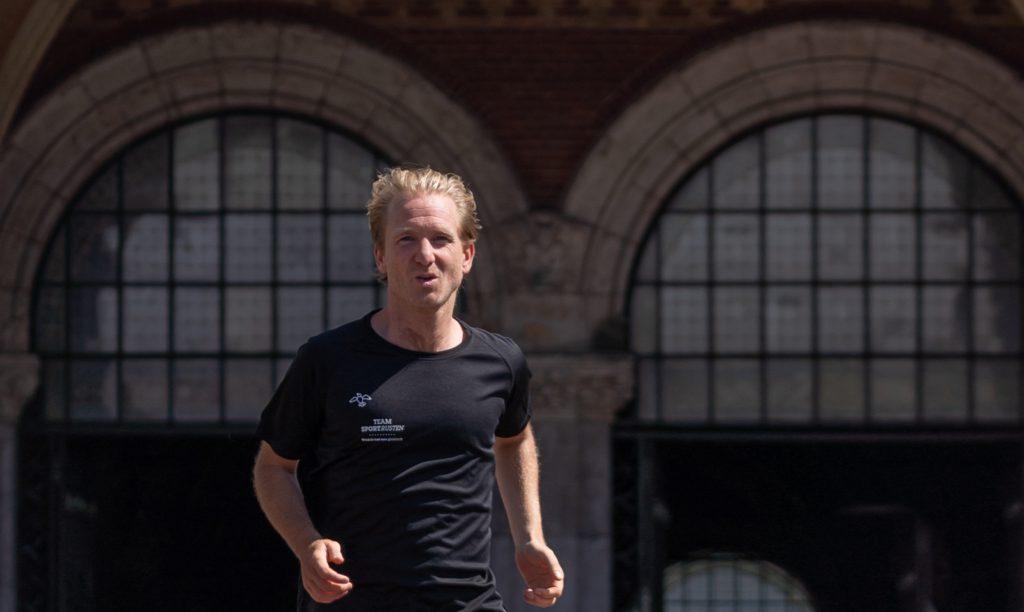 Auteur De Hardlooprevolutie loopt marathon onder 3 uur.
