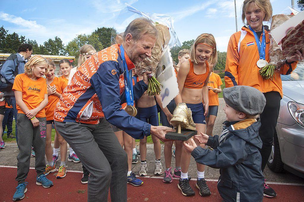 Cees wordt uit handen van zijn kleinzoon Sam in 2015 bij Altis gehuldigd met de Gouden Schoen