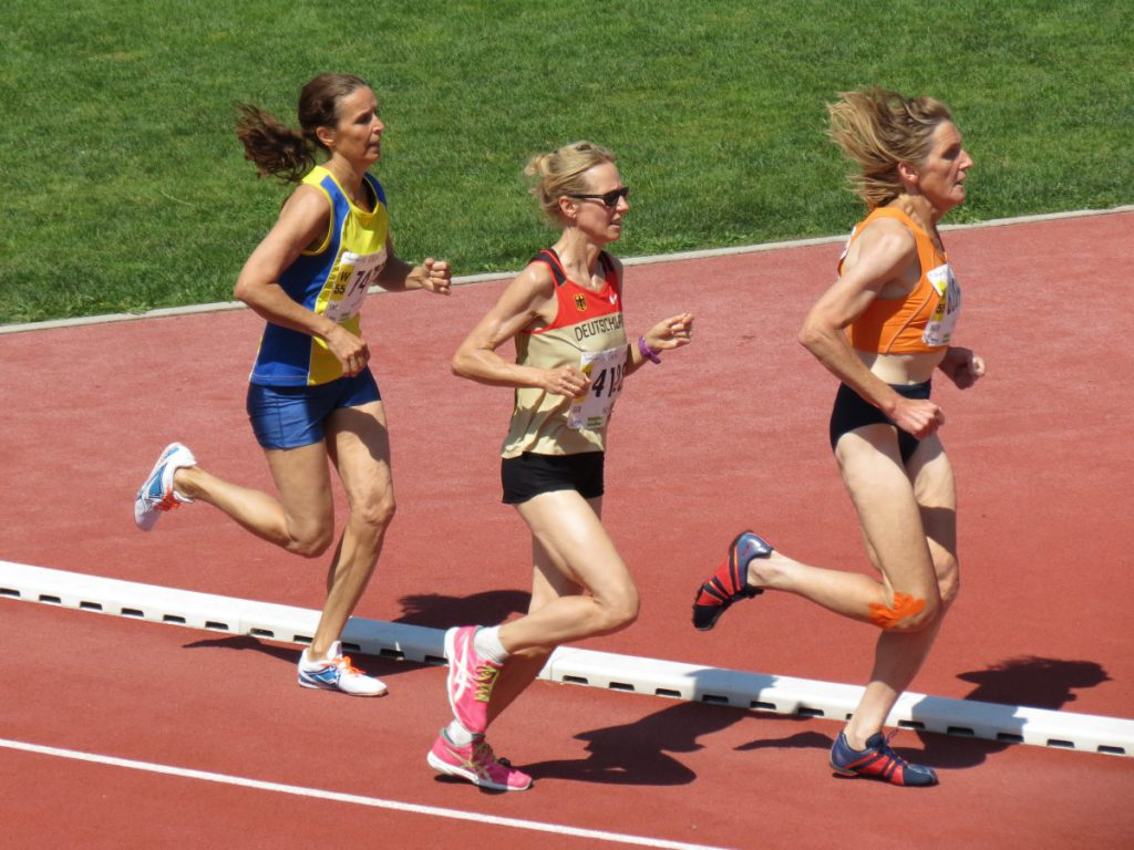 De Duitse Silke Schmidt onderweg naar de wereldtitel V55 op de 1.500 m tijdens de World Masters Athletics Championships - Lyon 2015