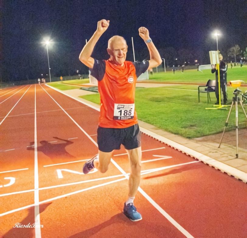 Finish van Wim Oudejans tijdens de 1.500 meter van de Keistad Baancompetitie (foto: Ries de Beer)