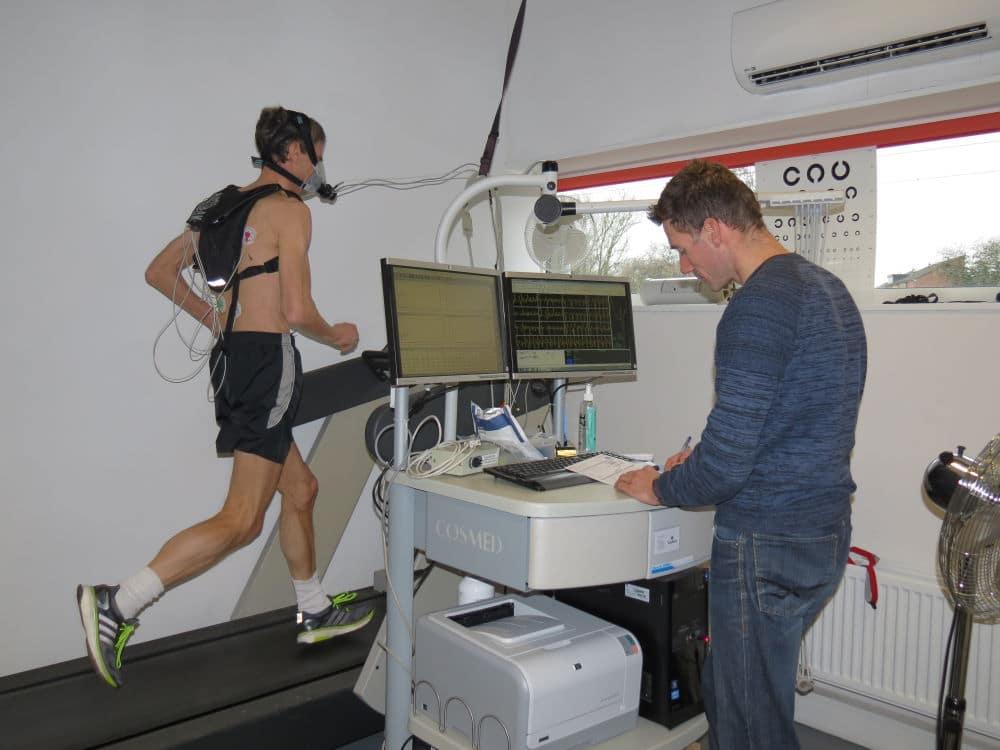 Hans tijdens een inspanningstest op de loopband met continue ECG-controle en ademgasanalyse bij sportarts Bernard te Boekhorst van SMA Midden Nederland.