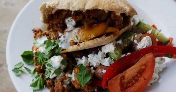 Zelfgemaakte kipshoarma met Griekse salade