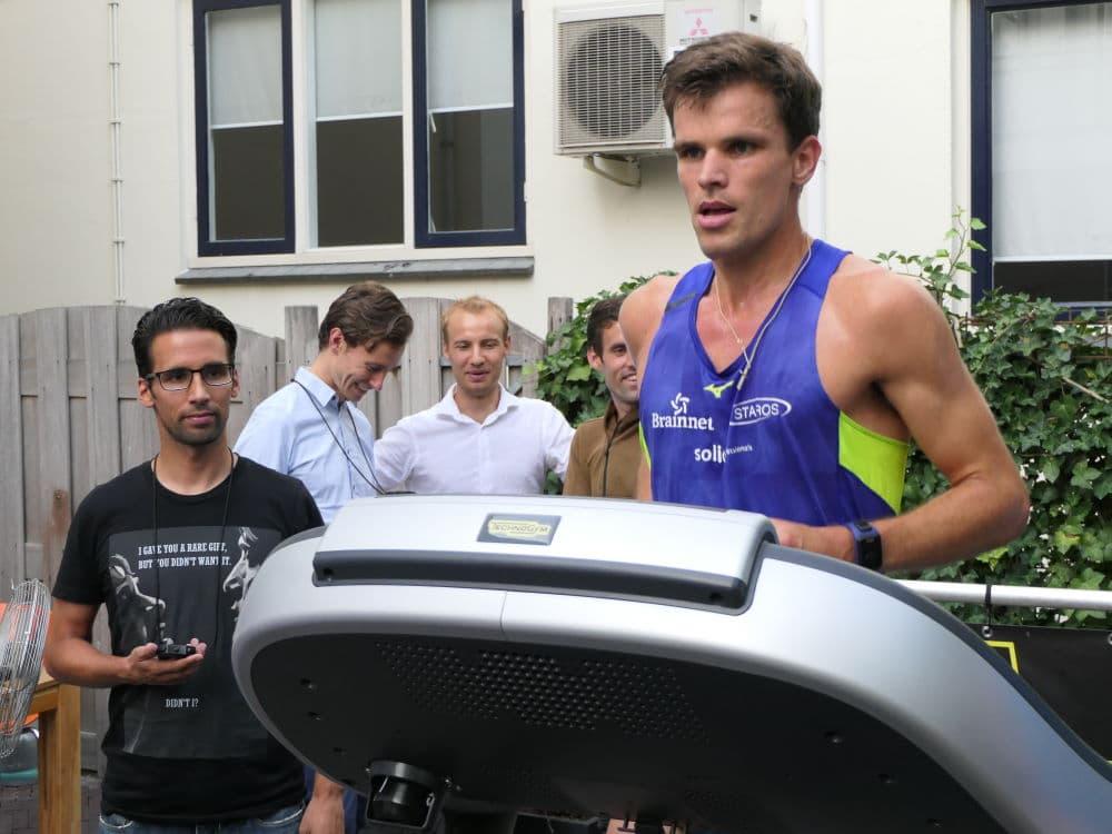 Paul Zwama tijdens zijn geslaagde poging op het wereldrecord marathon op de loopband te verbeteren